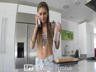 Секс с молодыми девушками и парнями дома на диване в киску девушки раком