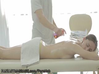 Массажист трахает девушку с маленькой грудью и упругой попкой во все