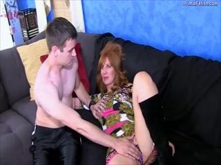 Порно видео инцеста с молодой девушкой и ее парнем дома на диване