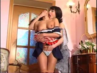 Две молодые голые русские девушки трахаются на кухне дома вдвоем