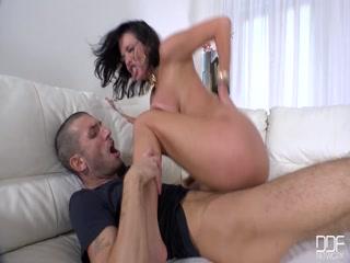 Смотреть порно видео с молодой девушкой и ее парнем дома на диване
