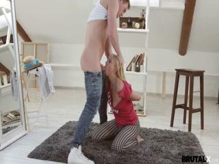 Русское порно с молодой девушкой на диване дома у парня