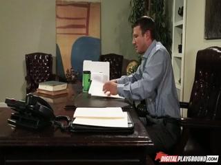 Начальник ебет молодую блондинку в офисе, после работы и кончает ей прямо во влагалище