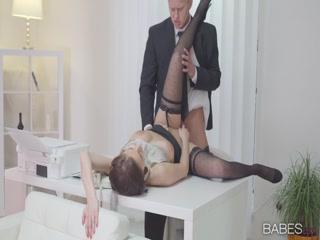 Секретарша отсосала боссу на работе