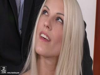Секс с красивой молодой блондинкой, что сосет и дает раком боссу