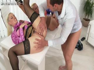 Сексуальные зрелые начальницы трахаются в попу со своими подчиненными
