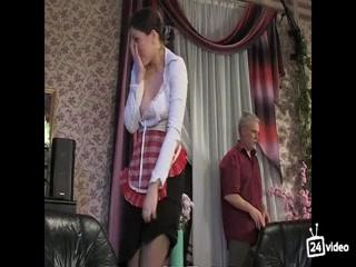 Молодой человек ебет молодую дочку в пизду на диване