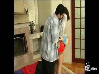 Русское порно видео с молодой девушкой и ее парнем дома на диване, пока родителей нет