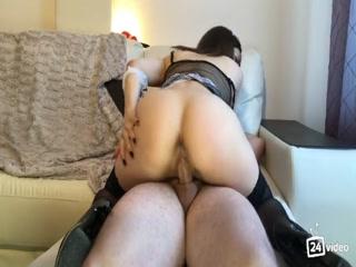 Секс с молодой девушкой на кухне после уборки дома  смотреть онлайн!