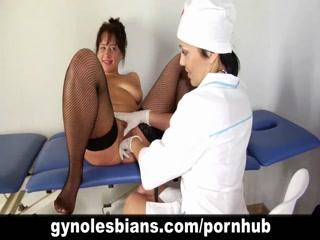Секс-видео с доктором и молодой девушкой на кушетке в кабинете врача
