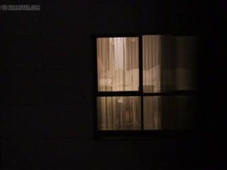 Мужик увидел спящую жену и трахнул молодую телку в пизду на лестнице