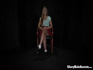 Молодая девушка мастурби