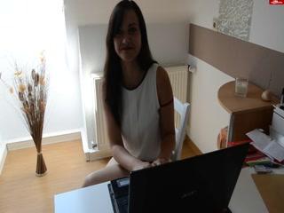 Молодая девушка показывает сиськи за работой !