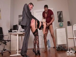 Начальник трахает молодую блондинку с большой грудью и кончает