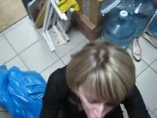 Сексуальная блондинка сосёт хуй и глотает сперму шефа