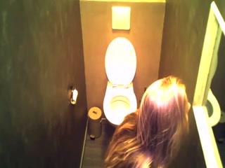 Русское порно видео о том как две лесбиянки моются вдвоем на унитазе дома