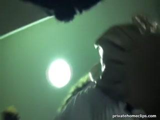 Сексуальная девушка в юбке трахается с парнем-видеоопера