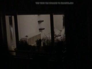 Смотреть порно видео с голой девушкой в чулках, которая мастурбирует пизду через стекло окна